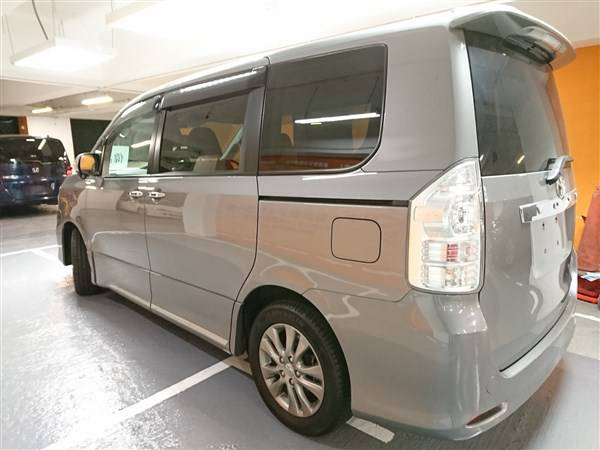 5 Seater Van Toyota Noah For Hire Nairobi